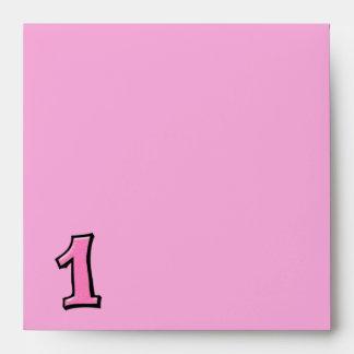 Sobre rosado de la invitación del número 1 tonto