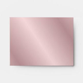 Sobre rosado de RSVP de los pétalos color de rosa