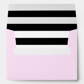 Sobre rosado y trazador de líneas rayado blanco y