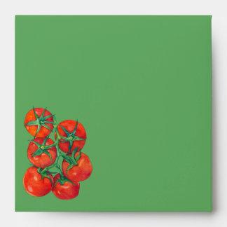 Sobre verde de la invitación de los tomates rojos