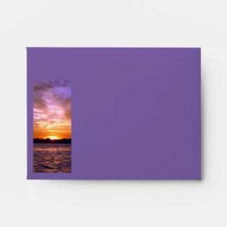 Sobre violeta de la tarjeta de nota de la puesta d