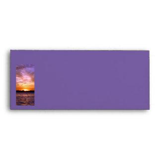 Sobre violeta del papel con membrete de la puesta