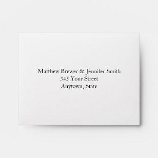 Sobres blancos y azules de encargo del boda con la