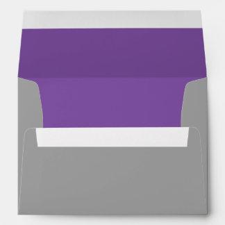 Sobres de encargo grises y púrpuras de la invitaci