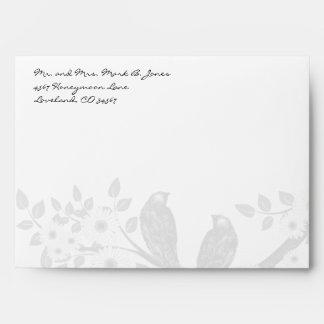 Sobres de la rama de la flor blanca de los pájaros