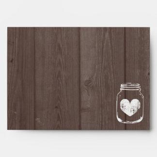 Sobres de madera del boda del granero del tarro de