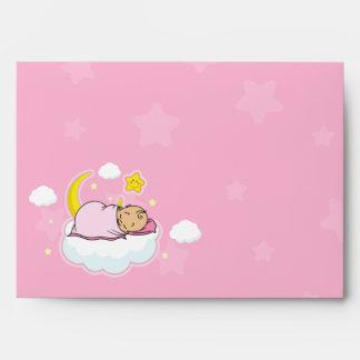 Sobres rosados de la fiesta de bienvenida al bebé