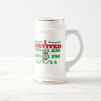 Sobreviví 1-1-11 (la Feliz Año Nuevo) Jarra De Cerveza