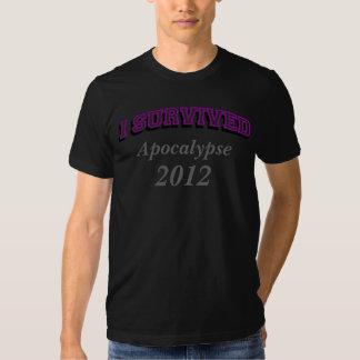 Sobreviví (apoc) 2012 camisetas, texto púrpura remera
