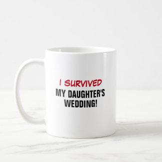 Sobreviví el boda de mi hija taza clásica