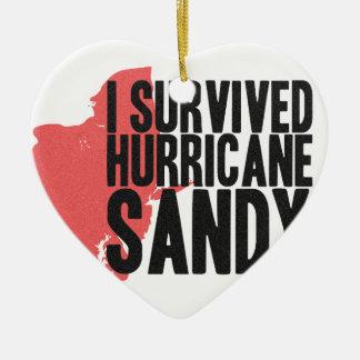 Sobreviví la camiseta de Sandy del huracán Adorno Navideño De Cerámica En Forma De Corazón