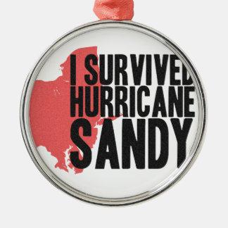 Sobreviví la camiseta de Sandy del huracán Adorno Navideño Redondo De Metal