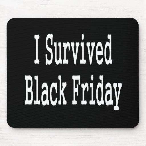 ¡Sobreviví viernes negro! Diseño blanco del texto Tapetes De Ratones