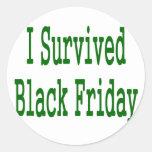 ¡Sobreviví viernes negro! Diseño verde de la Etiquetas Redondas