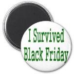 ¡Sobreviví viernes negro! Diseño verde de la tiend Imanes De Nevera