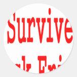 ¡Sobreviví viernes negro! En texto rojo Pegatina Redonda