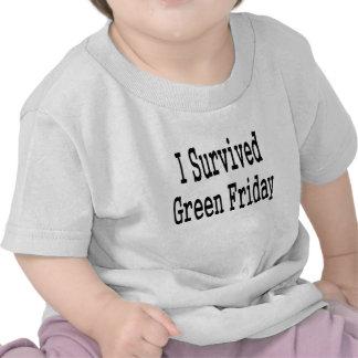 ¡Sobreviví viernes verde! En texto negro Camiseta