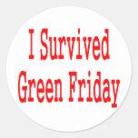 ¡Sobreviví viernes verde! Texto rojo Pegatina Redonda