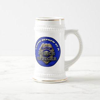 Sobrino orgulloso de un stein del oficial de jarra de cerveza