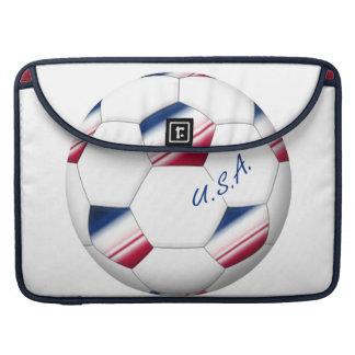 "Soccer ball ""U.S.A."". Balón de Fútbol de E.E.U.U. Fundas Para Macbook Pro"