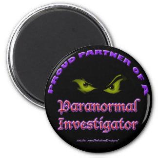Socio orgulloso de un imán paranormal del investig