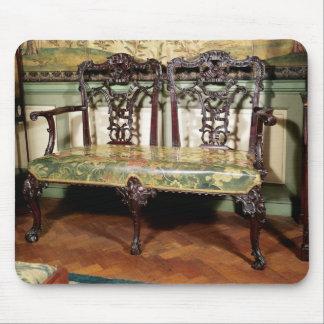 Sofá tallado, con el asiento de la tapicería, simi tapete de raton