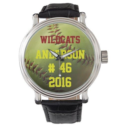 Softball amarillo con el equipo y el año relojes de pulsera