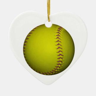 Softball amarillo con las puntadas púrpuras adorno navideño de cerámica en forma de corazón