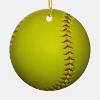 Softball amarillo con las puntadas púrpuras adorno navideño redondo de cerámica