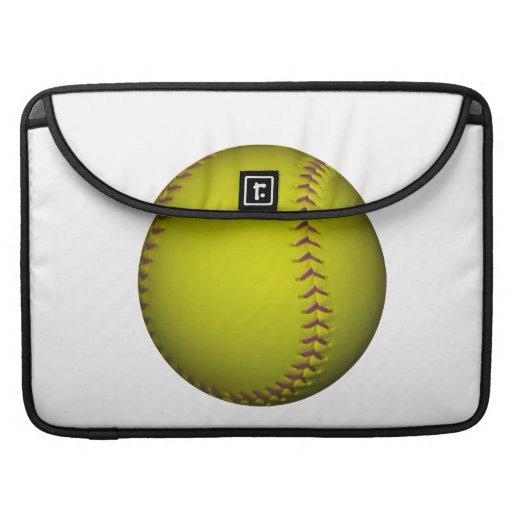 Softball amarillo con las puntadas púrpuras funda macbook pro