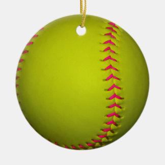 Softball amarillo con las puntadas rosadas adorno navideño redondo de cerámica