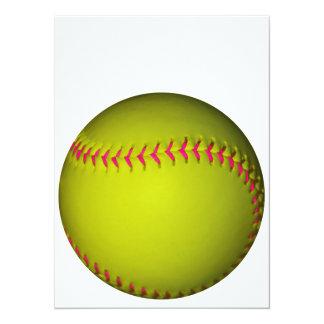 "Softball amarillo con las puntadas rosadas invitación 5.5"" x 7.5"""
