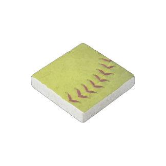 Softball amarillo de neón imán de piedra