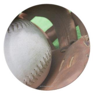 Softball en el guante del colector plato de comida