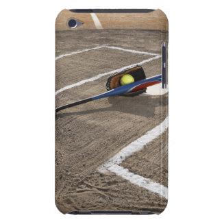 Softball, guante del softball y palo en la meta barely there iPod protectores