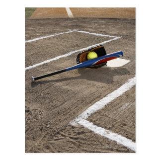 Softball, guante del softball y palo en la meta tarjeta postal