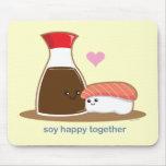 Soja feliz junto alfombrilla de ratón