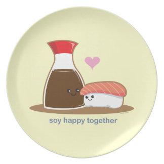 Soja feliz junto plato de comida
