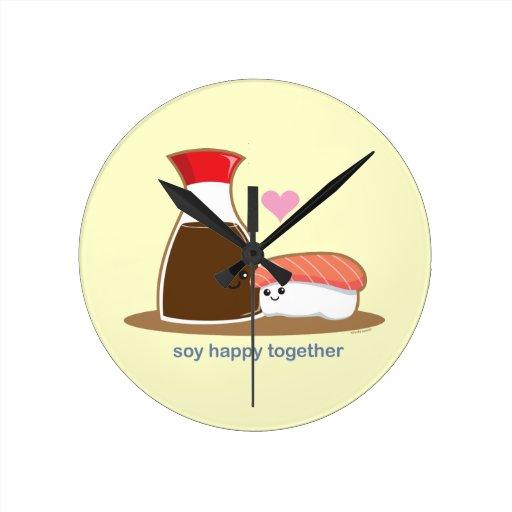 Soja feliz junto reloj redondo mediano