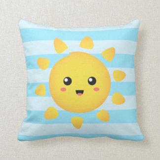 Sol alegre que brilla brillantemente todo alrededo almohadas