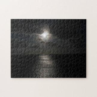 Sol blanco misterioso en cielo negro puzzle