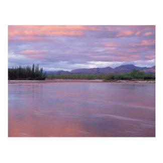 sol de medianoche sobre el río Mackenzie, del Postal