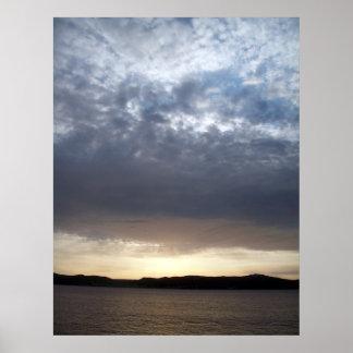 Sol en un día nublado póster