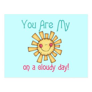 Sol en un día nublado postal