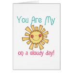 Sol en un día nublado tarjetón