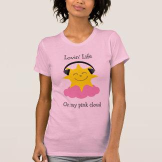 Sol feliz de la nube rosada con la camiseta de los camisas