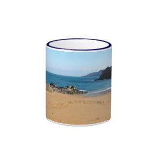 Sol, mar y arena del invierno taza de dos colores