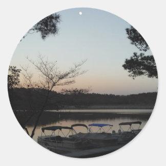 Sol poniente, luna de levantamiento sobre punta de pegatina redonda