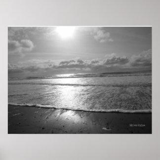 Sol poniente sobre el poster del océano