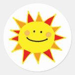 Sol sonriente pegatina redonda